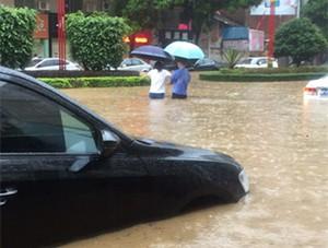 强降水来袭 广东龙川受淹严重出现滑坡险情