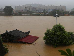 强降雨来袭 福建建瓯积水几乎淹没房顶