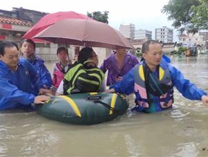 广东普宁水深过腰 消防官兵紧急转移群众