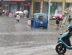 江西中北部遭遇强降雨 街道成河景区关闭