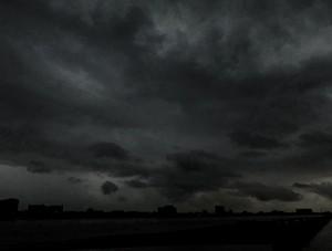 中俄界江黑龙江上空乌云密布 白昼变黑夜