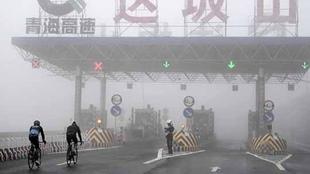环青海湖自行车赛遇冰雹大雾挑战车手极限
