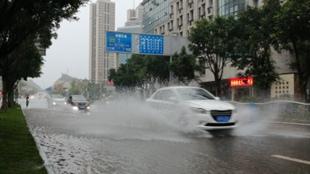 """四川资阳强降雨道路变""""汪洋""""行车如行船"""