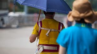 北京高溫悶熱持續 民眾汗流浹背忙降溫