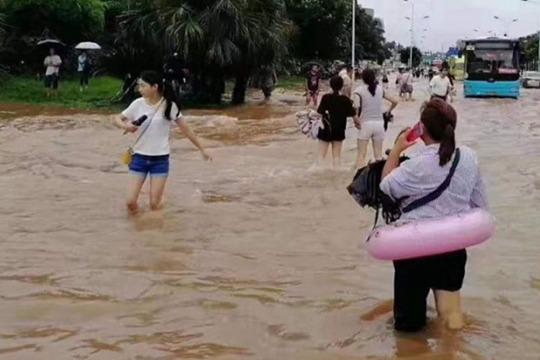 四川乐山暴雨全城看海 市民带游泳圈出行