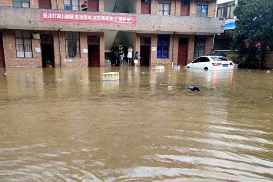 云南兴街镇遭遇短时强降水 积水严重