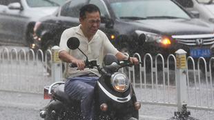 广西南宁雨如瓢泼 市民睁不开眼
