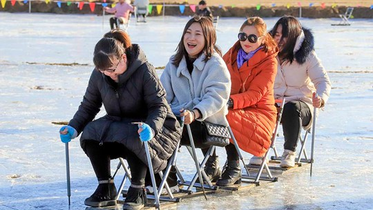 河北遵化稻田变冰场 市民冰上欢乐多