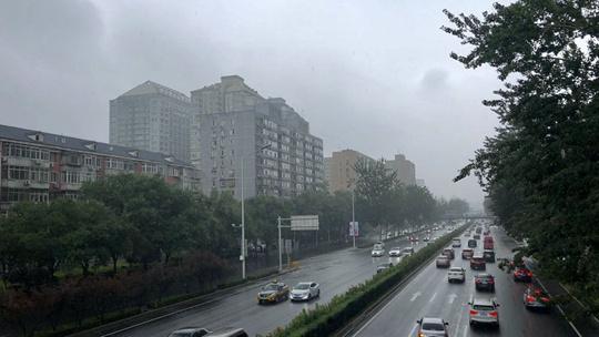北京雨水添凉意 天空阴沉路面湿滑