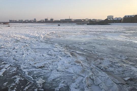 近10年最冷12月致黑河高台段出现大面积结冰