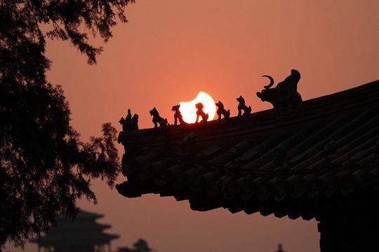 """当清晨的北京遇上""""天狗食日"""""""