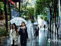 1月8日,贵阳市雨水连绵不断,伴随2℃左右的气温,更显深冬寒意浓,也给市民出行带来不便。图为天气阴沉,路面湿滑。(石奎/摄)