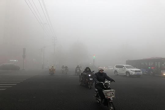 """河北多地上演""""寂静岭"""" 大雾浓重能见度不足50米"""