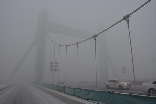 河北沧州大雾弥漫 局地现降雪