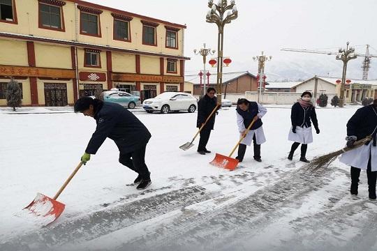 甘肃碌曲迎降雪 全民清扫保障安全出行