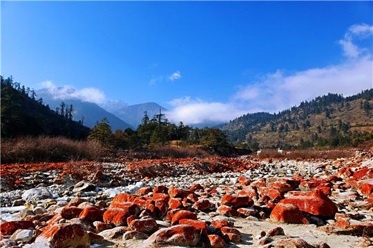 四川甘孜:色彩斑斓如橡皮泥的红石
