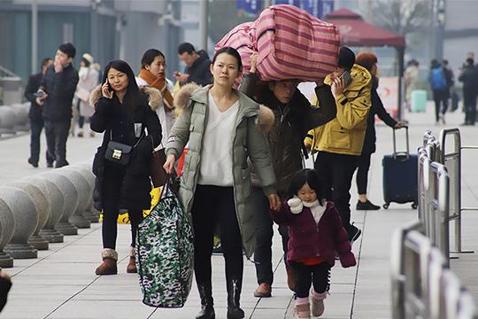 聚焦重庆春运首日画面 大包小裹待返乡