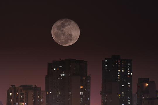 """重庆""""超级月亮""""现身天宇 城市增添神秘感"""
