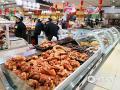"""""""每逢过年胖三斤""""。一到过年,吃成为了让很多人既欢喜又担忧的事儿。特别是市场上各类的美食,更是牢牢的吸引住""""吃货""""们的胃。在河北邯郸的年货市场上,丸子、炸糕、酥鱼、花馍、腊肠、驴肉等等各种各样,品种繁多的美食,成为了年货市场上一道最大的风景,也丰富了当地居民过年的餐桌。(拍摄:周立新)"""