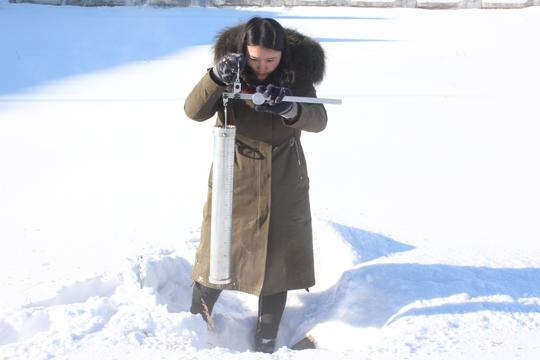 春节来临气象人测量忙 内蒙古阿尔山积雪达30厘米