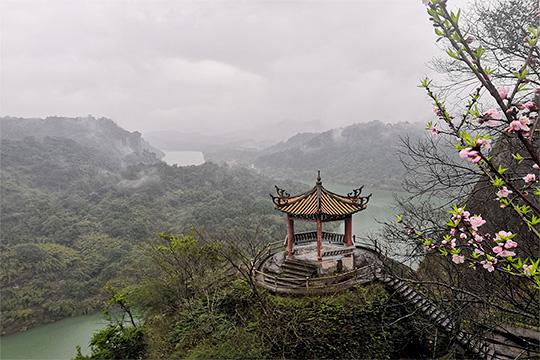 福建桃源洞景区雨雾缭绕 游客冒雨赏景