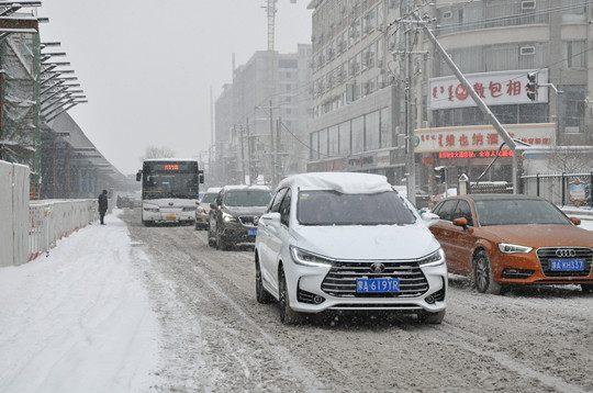 呼和浩特迎明显降雪  市内交通受阻
