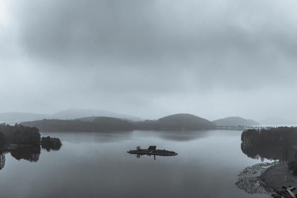 连阴雨下的武汉东湖好似水墨画卷