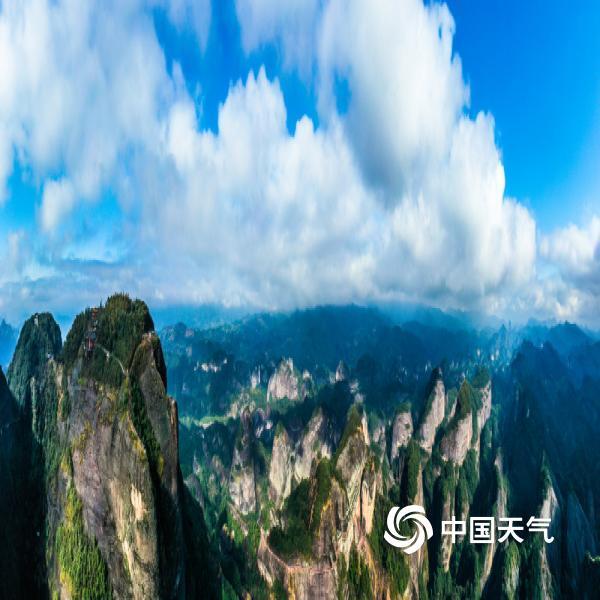 3月3日,湖南邵阳迎来了久违的阳光,新宁县崀山风景区八角寨上也是时而