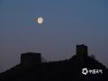 承德金山岭长城,月亮与古长城交相辉映。(拍摄:周万平)