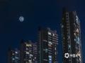 河北廊坊燕郊城区明月高悬。(拍摄:李辉)