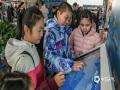 孩子们被气象触摸显示屏的防雹知识所吸引,争相尝试消雹作业。(摄影/林松 文/黄英伟)