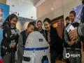 """黑龙江世界气象日活动丰富多彩,现场的智慧机器人""""气象小胖""""无疑是孩子们的焦点。(摄影/林松 文/黄英伟)"""