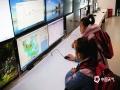 """3月23日迎来世界气象日,贵州省气象部门围绕""""太阳、地球和天气""""的主题举办了丰富多彩的活动,以科普宣传引导公众关心支持气象事业发展。图为同学们认真观看天气图。(陈思静/摄)"""
