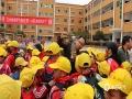 """3月23日迎来世界气象日,贵州省气象部门围绕""""太阳、地球和天气""""的主题举办了丰富多彩的活动,以科普宣传引导公众关心支持气象事业发展。图为同学们观看气象仪器。(王蒙蒙/摄)"""