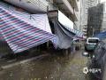本次暴雨导致部分居民防雨幕布受损倒塌。(摄/孙活坤)