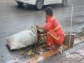 图为环卫工人清扫风雨后的街道。
