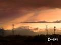 2019年4月9日下午,一场大雨过后,层积云布满了共青城的天空,配合阳光照射,大气产生?#26388;?#24120;明显的丁达尔效应,霞光绚丽,颇为美丽。(摄影/刘屹靖)