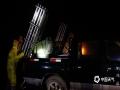 8日晚8时许,人影作业人员安装调试增雨火箭。(图/王龙)