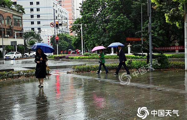 重庆昨夜多个雨量站遭遇暴雨今日持续阵雨气温难超22℃