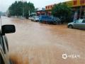 昨天(14日)午后,受强对流云系影响,广东省云浮市新兴县出现雷暴、短时强降水等恶劣天气。由于降水集中,该县出现多处严重积水,影响当地道路交通、学生返校。图为强降水导致当地部分路段积水严重。(图文/李玖达)