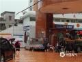 昨天(14日)午后,受强对流云系影响,广东省云浮市新兴县出现雷暴、短时强降水等恶劣天气。由于降水集中,该县出现多处严重积水,影响当地道路交通、学生返校。图为强降水导致当地环城中学门口严重积水。(摄影:李玖达)