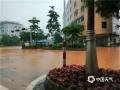 昨天(14日)午后,受强对流云系影响,广东省云浮市新兴县出现雷暴、短时强降水等恶劣天气。由于降水集中,该县出现多处严重积水,影响当地道路交通、学生返校。强降水导致当地路口出现水浸。(摄影:李玖达)