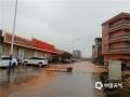 昨天(14日)午后,受强对流云系影响,广东省云浮市新兴县出现雷暴、短时强降水等恶劣天气。由于降水集中,该县出现多处严重积水,影响当地道路交通、学生返校。强降水导致该县部分路段积水严重。(摄影:李玖达)