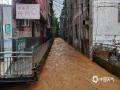 4月18日-19日,江西多地出现强降雨,其中9个国家站点出现暴雨,一个站点出现大暴雨。截止到今天早上9点,在过去的24小时里江西全省以赣州市全南县的降雨量为最大,有120.3mm的降雨量,达到大暴雨级别,定南县次之,降雨91.5mm。图为18日下午6点钟左右定南县出现暴雨和短时强降水,导致县城内涝严重。摄影/唐汇春