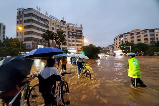 江西定南暴雨袭城 内涝严重市民蹚水出行