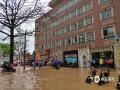 4月18日夜间至19日早上,广东省怀集县怀城镇出现雷暴、短时强降水等强对流天气,小时降雨量最高达56.8毫米。由于降水集中,县城出现多处严重积水,影响道路交通出行。图为今晨怀集县怀城镇教育幼儿园门口路段水浸严重。(摄/房文彬 文/黎树华 李玉环)