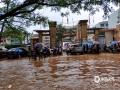 今晨怀集县第一中学初中部门前路段水浸严重。