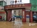 怀集县怀城镇工业大道公路局门口也遭受水浸困扰。