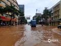 怀集县怀城镇解放中路华苑酒店门口水浸严重,车辆在缓慢通行。