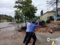 18日夜间到19日早上,广东省肇庆市广宁县出现暴雨到大暴雨的强降水过程,并伴有10级以上的大风,南街镇和五和镇还出现冰雹。由于此次强降水过程猛而急,并伴有大风冰雹等强对流天气,导致广宁县多地出现山体滑坡、农田被淹、水浸街、树木被刮倒的现象,受灾情况较重。图为被大风吹倒的路边牌正由工作人员重新立起。(摄/许献麟 文/方英城)